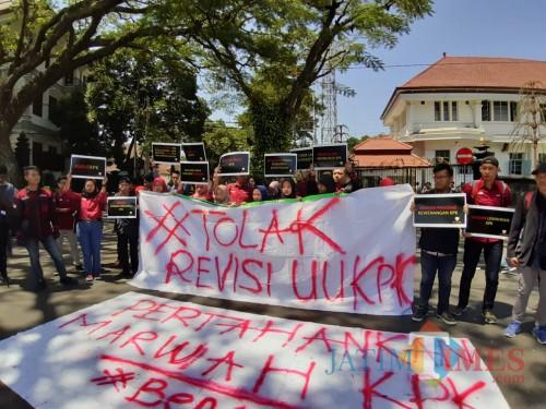 Sejumlah mahasiswa Fakultas Hukum Universitas Widyagama gelar aksi Tolak Revisi UU KPK di depan Balaikota Malang, Kamis (12/9) (Arifina Cahyanti Firdausi/MalangTIMES)