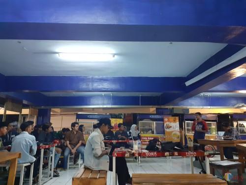 Suasana Diskusi BEM Malang Raya terkait Revisi UU KPK di Coffee Times area Terminal Kopi Malang, Pasar Terpadu Dinoyo lantai 2 (Arifina Cahyanti Firdausi/MalangTIMES)