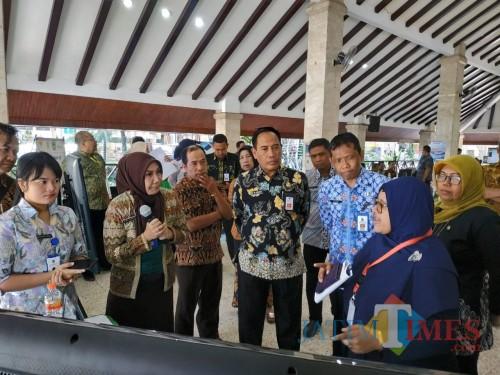 M. Hidayat (batik hitam tengah), Kepala Balitbangda Kabupaten Malang saat melihat tim penilai dari Litbang Kemendagri (Hendra Saputra)