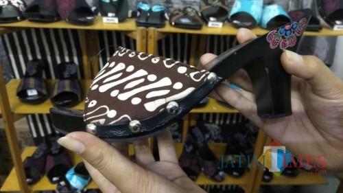 Klompen dengan sentuhan batik menjadi salah satu fashion item yang patut dicoba. (Foto: Nurlayla Ratri/MalangTIMES)
