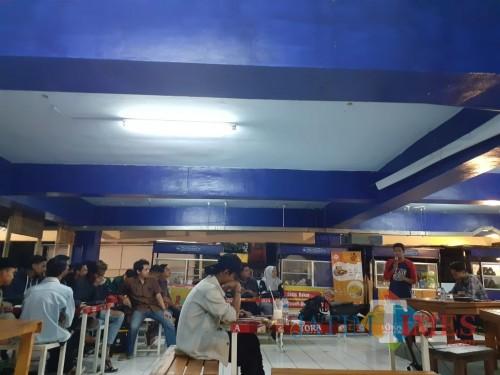 Suasana Diskusi BEM Malang Raya terkait Revisi UU KPK di Coffee Times area Terminal Kopi Malang, Pasar Terpadu Dinoyo (Arifina Cahyanti Firdausi/MalangTIMES)