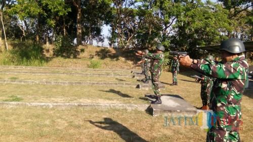 Latihan menembak prajurit Kodim 0808/Blitar.(Foto : Aunur Rofiq/BlitarTIMES)
