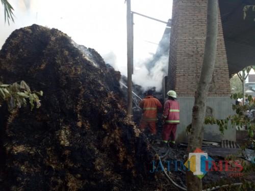 Pemadam kebakaran saat melakukan pemadaman di pengolahan gula di Desa Bendiljati Kulon (Foto : Istimewa / TulungagungTIMES)