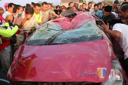 Sejumlah warga saat melakukan evakuasi korban yang berada di dalam mobil seusai tertabrak kereta. (Foto : Adi Rosul / JombangTIMES)