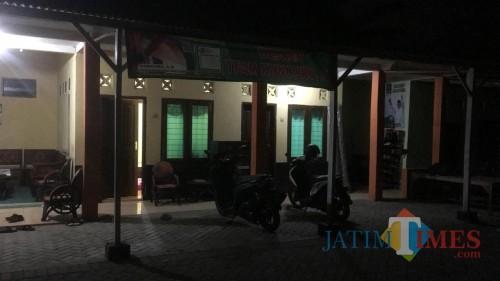 Kondisi rumah anggota DPRD Kabupaten Malang yang terjerat kasus perzinahan nampak sepi saat wartawan mendatangi rumahnya di Kecamatan Turen (Foto : Ashaq Lupito / MalangTIMES)