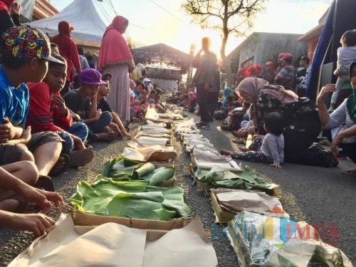 Suasana warga saat selamatan serabi suro. (Foto: Irsya Richa/MalangTIMES)