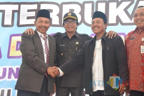 Wabup Jember (tengah) bersama dengan dua calon kepala desa Karanganyar Ambulu (foto : mutia / Jatim TIMES)