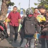 Wakil Wali Kota Surabaya Whisnu Sakti Buana saat menolong pengendara yang terlibat kecelakaan.