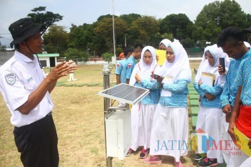 Para siswa sekolah tengah mempelajari soal prakiraan cuaca di Stasiun Klimatologi Karangploso, Malang. (Foto: Nurlayla Ratri/MalangTIMES)