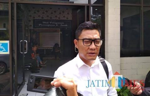 Kasatreskrim Polres Malang AKP Adrian Wimbarda saat dimintai keterangan terkait kasus yang menyeret nama anggota DPRD Kabupaten Malang. (Foto : Ashaq Lupito / MalangTIMES)