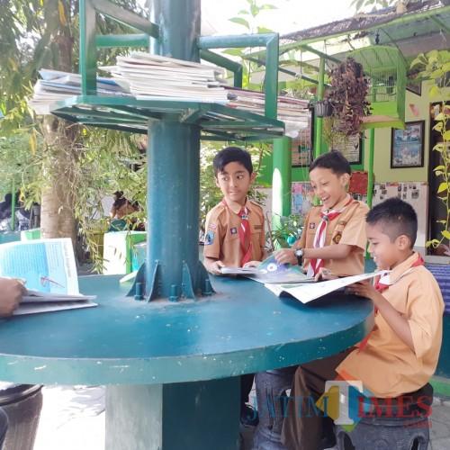 Beberapa siswa saat beraktivitas di Sudut Literasi di area taman SDN Percobaan 1 Kota Malang (Arifina Cahyanti Firdausi/MalangTIMES)