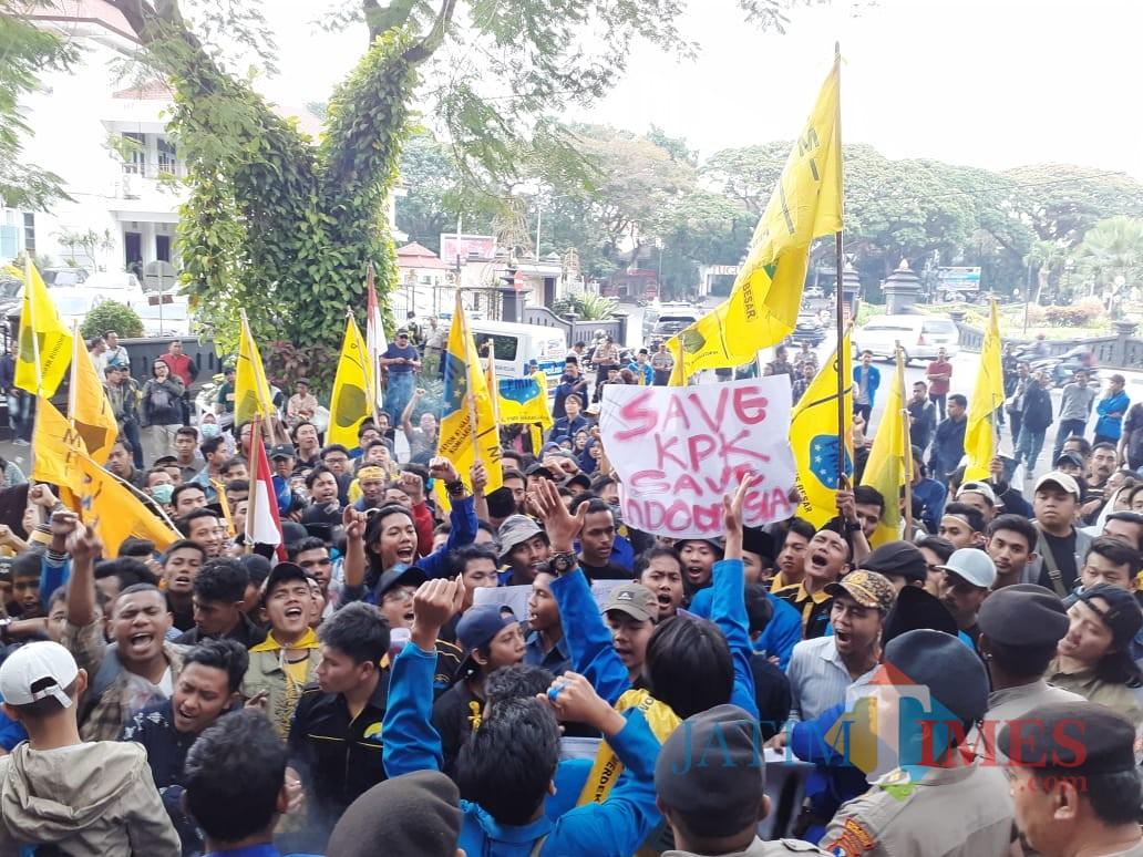 Ratusan Demonstran PMII Kota Malang saat unjuk rasa di depan Kantor DPRD Kota Malang (Arifina Cahyanti Firdausi/MalangTIMES)