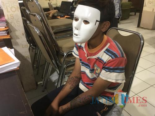Tersangka DS saat dimintai keterangan dihadapan penyidik UPPA Satreskrim Polres Malang (Foto : Ashaq Lupito / MalangTIMES)