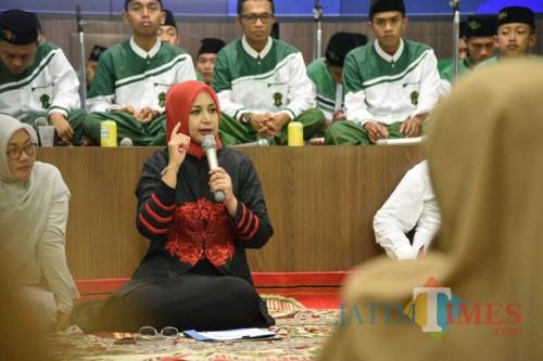 Bupati Jember saat menjelaskan tentang perekrutan Satgas kepada jamaah Malam Jumat Manis di Pendopo Pemkab Jember (foto: izza/ Izza JatimTIMES)