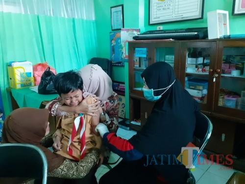 Suasana imunisasi oleh Petugas Kesehatan Puskesmas Dinoyo di SDN 1 Percobaan Kota Malang (Arifina Cahyanti Firdausi/MalangTIMES)