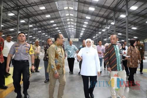 Gubernur Khofifah ketika kunjungan ke PT SIER.