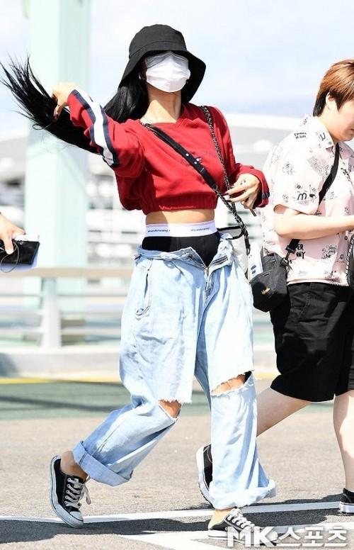 Hwasa personil dari MAMAMO terlihat tidak mengkancingkan celana saat bweasa di Bandara. (Foto: istimewa)