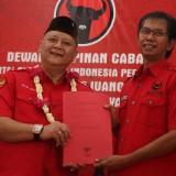 Whisnu Sakti Buana ketika hendak memasuki kantor DPC PDIP Surabaya