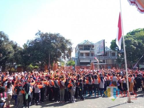 Para mahasiswa baru yang nampak mengisi hari terahkir P3T dengan senam dan berjoged bersama tanpa perpeloncoan (Anggara Sudiongko/MalangTIMES)