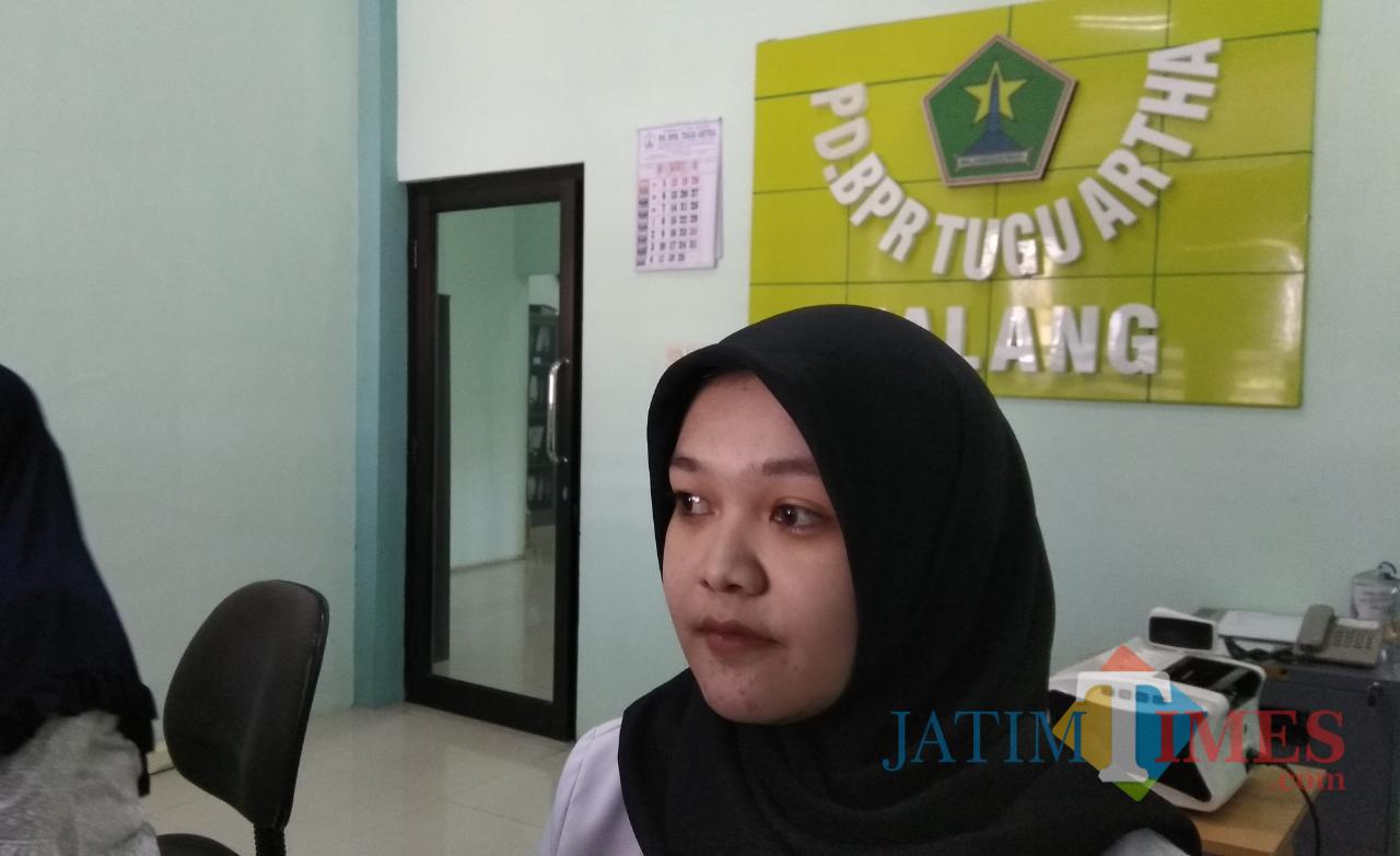 Petugas tengah melayani nasabah BPR Tugu Artha Kota Malang. (Foto: Nurlayla Ratri/MalangTIMES)