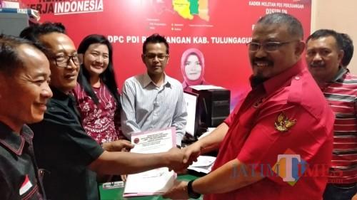 Saleh Ismail Mukadar mendatangi kantor DPC PDIP Tulungagung untuk mengembalikan formulir pendaftaran / Foto : Istimewa / Tulungagung TIMES