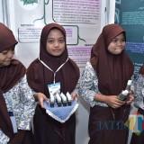Siswi SMP yang mengikuti lomba penelitian