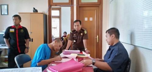 Sugeng Santoso, (kiri) pelaku mutilasi saat tengah diinterogasi singkat oleh Kasi Pidum Kejari Kota Malang, Wahyu Hidayatullah (tengah) (ist)