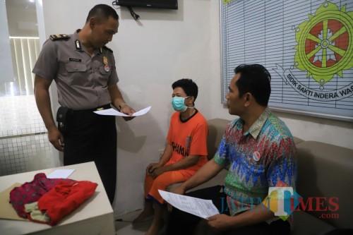 Tersangka Kambali (55) ketika diamankan di Mapolres Kediri. (Foto: Bambang Setioko/JatimTIMES)