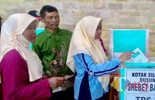 Warga saat memasukkan surat suara ke kotak surat beberapa saat lalu. (Foto: Irsya Richa/MalangTIMES)