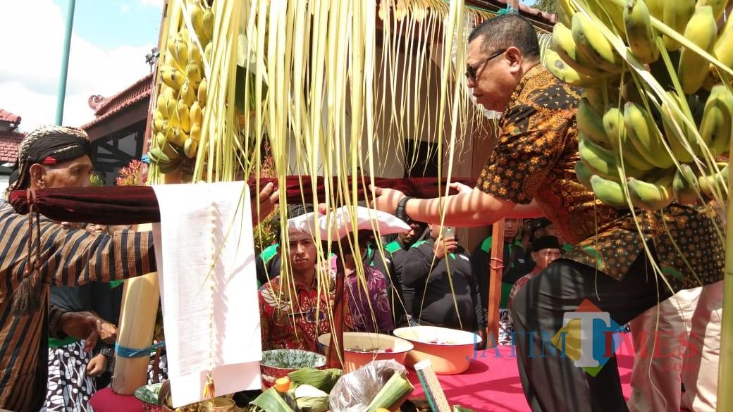Bupati Maryoto Birowo saat memberikan Tombak Kiai Upas untuk dijamas (foto : Joko Pramono/ JatimTIMES)