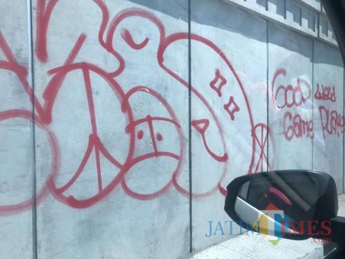 Kondisi tembok underpass karanglo yang terlihat kumuh akibat aksi pelaku vandalisme (Foto : Istimewa)