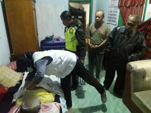 Kondisi jenazah saat dilakukan pemeriksaan usai dievakuasi setelah nekat gantung diri (Foto : Humas Polres Malang for MalangTIMES)