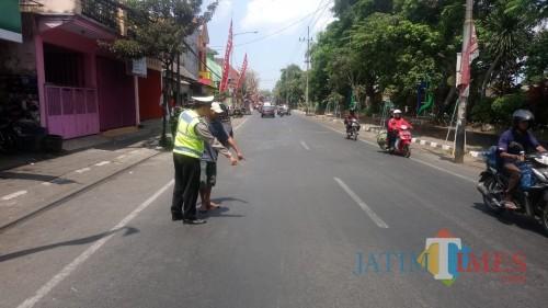 Petugas kepolisian saat melakukan olah TKP di lokasi kecelakaan (Foto : Laka Lantas Polres Malang for MalangTIMES)