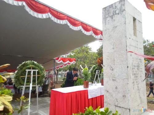 Salah satu warga Jepang yang melakukak penghormatan didepan Monumen Jepang (Anggara Sudiongko/MalangTIMES)