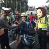 Polantas Hadiahi Bunga Segar dan Cokelat Untuk Pengendara yang Tertib