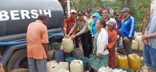 Petugas gabungan saat mendistribusikan air bersih kepada warga yang terkena musibah kekeringan (Foto : Polsek Jabung for MalangTIMES)