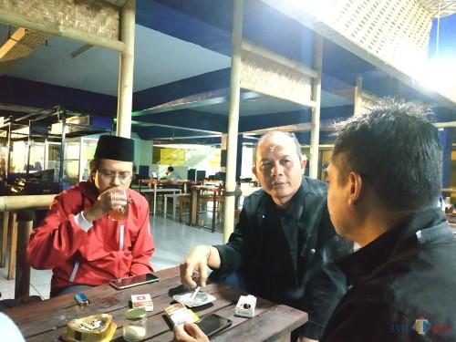 I Made Rian Diana Kartika, ketua DPRD Kota Malang, saat menikmati kopi di Coffee Times, Sabtu (14/9/2019) malam. (Hendra Saputra)