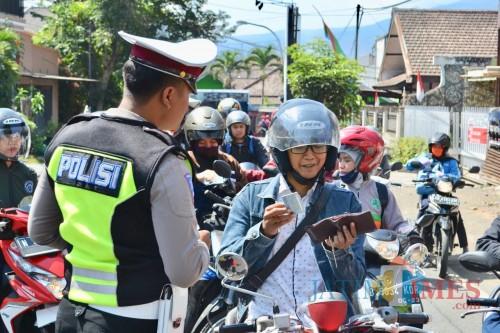 Petugas Polres Batu saat menindak pengendara. (Foto: Irsya Richa/MalangTIMES)
