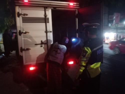 Petugas saat memeriksa mobil box dalam razia cita kondisi (ist)