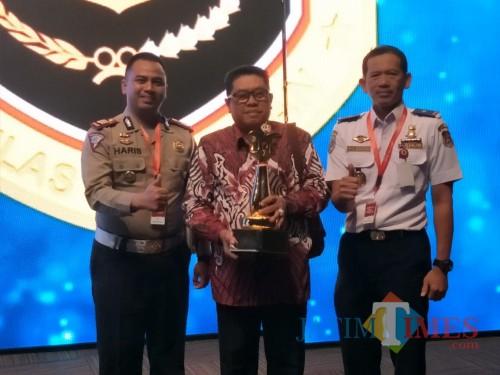 Plt Wali Kota Blitar Santoso didamping kasat lantas Polres Blitar Kota dan kepala Dishub menerima piala WTN dari menteri perhubungan di Jakarta.