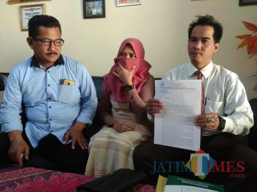 SW (tengah) wanita yang mengadukan anggota DPRD Kabupaten Malang dengan dugaan kasus penyebaran foto bugil dan perzinaan (Foto : Istimewa)