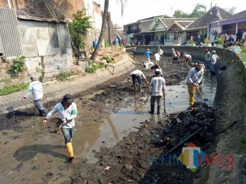 Satgas DPUPR Kota Malang saat melakukan normalisasi Sungai Kadalpang dengan dibantu warga sekitar (Hendra Saputra)