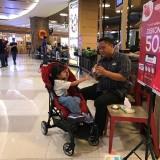 WS bersama putrinya di salah satu pusat perbelanjaan di Surabaya.