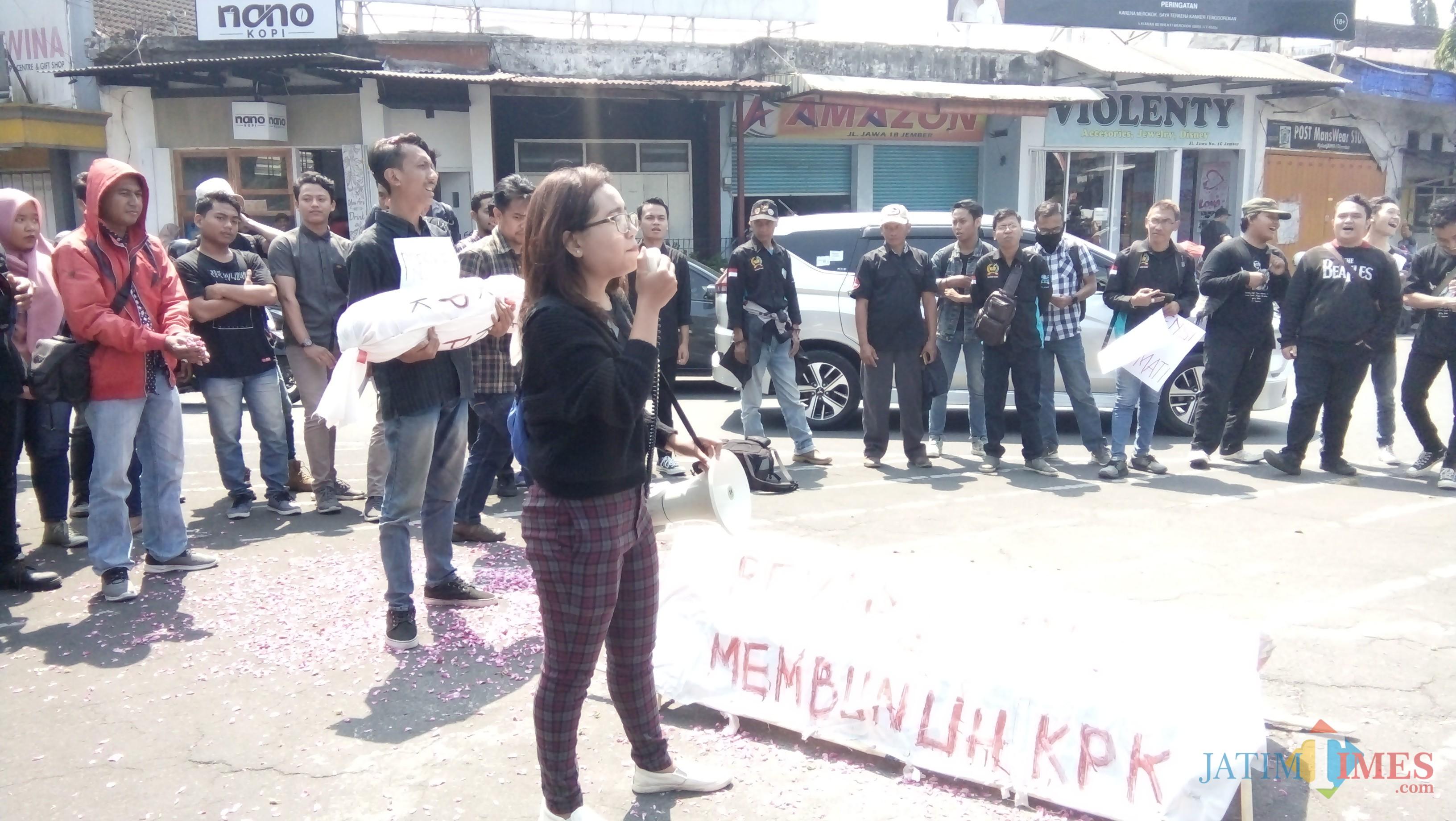 Aktivis saat melakukan demo tolak revisi UU KPK di bundaran DPRD Jember. (foto : Moh. Ali Makrus / Jatim TIMES)