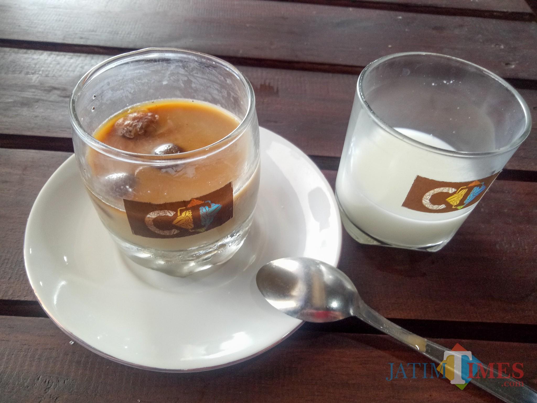 Es Kopi Susu CT Khas Coffee Times. (Foto: Imarotul Izzah/MalangTIMES)