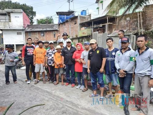 Lurah Penanggungan, Yuyun Nanik Ekowati, SSTP, M.Si (wanita tengah) bersama warga saat melakukan pembersihan di Sungai Kadalpang (Hendra Saputra)