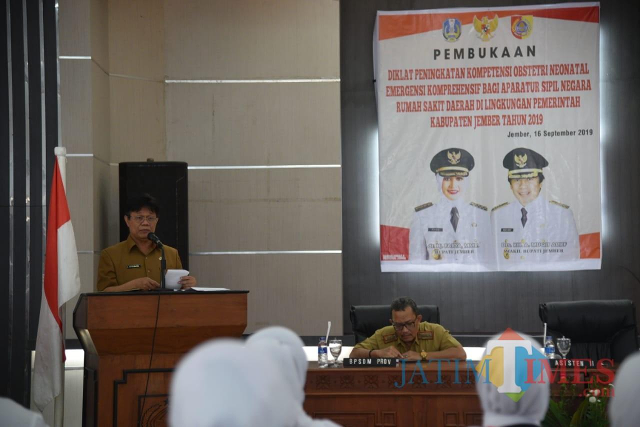Asisten II Sekda Pemkab Jember Arismaya Parahita saat membuka diklat Ponek di Balai Diklat BKSDM Pemkab Jember (foto : Izza / Jatim TIMES)