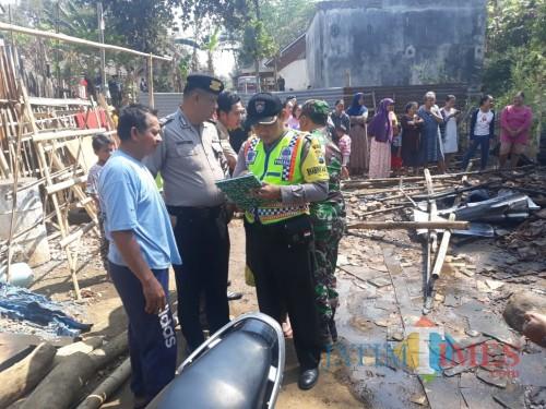 Kondisi rumah yang terbakar sesaat setelah terjadi insiden kebakaran (Foto : Humas Polres Malang For MalangTIMES)
