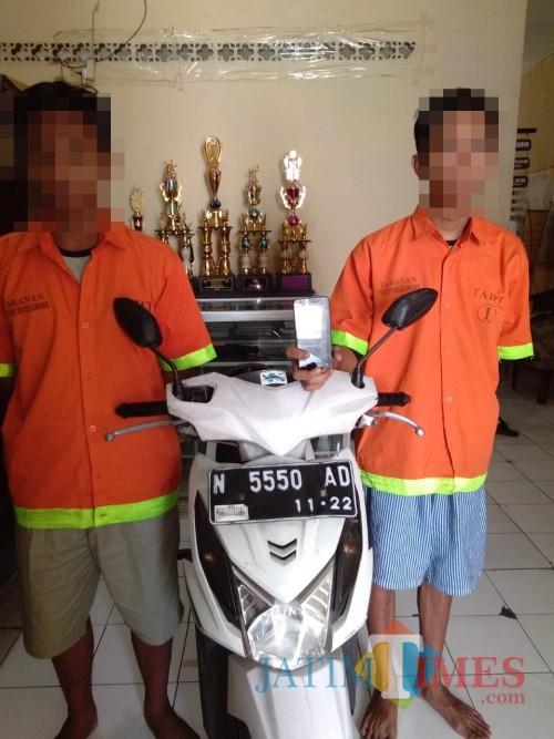 Kedua tersangka kasus pencurian beserta barang bukti hasil curian saat diamankan polisi (Foto : Humas Polres Malang for MalangTIMES)