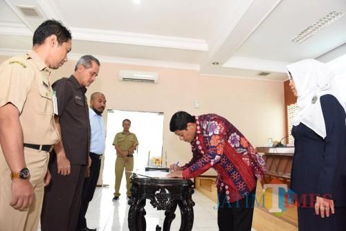 Walikota Kediri Abdullah Abu Bakar saat penandatanganan Pencanangan Pembangunan Zona Integritas. (eko Arif s /JatimTimes)